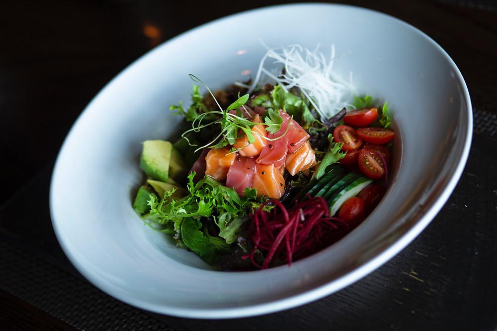 Uno dei food trend del 2019 è il poke bowl, specialità hawaiana a base di pesce crudo e verdure