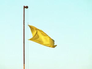 אל תתעלמו משלושת הדגלים הצהובים של הזוגיות שלכם!