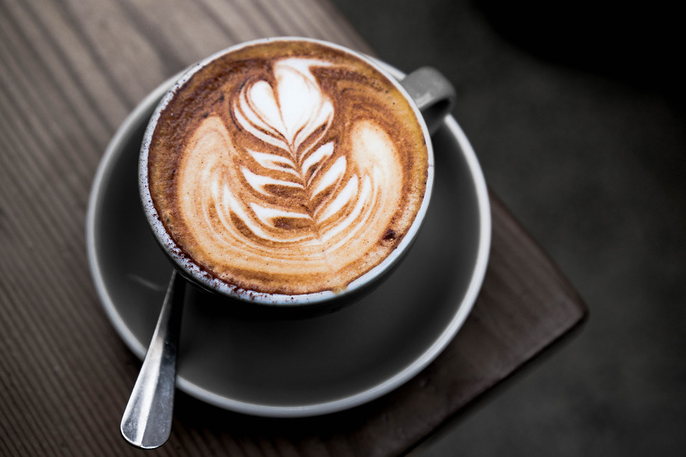 kawa z mlekiem cappuccino w filiżance