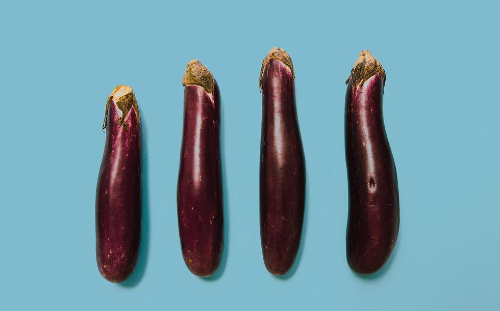 Erikokoisia violetteja munakoisoja vierekkäin.