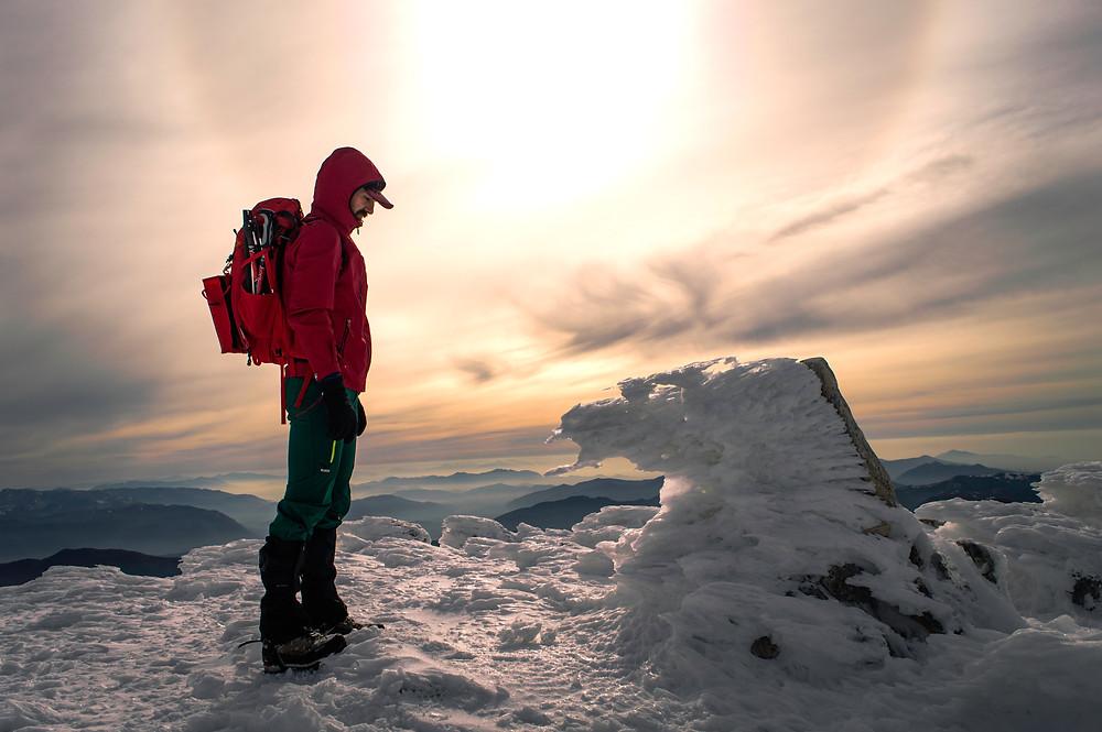 Alpinista contemplando la cima