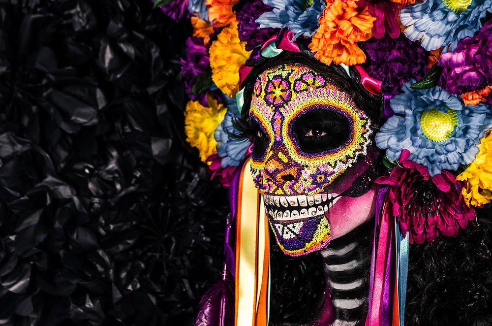 Each year, hundreds of people dress up as Catrinas and descend on the zócalo to take part in the Catrina parade. Attendees paint their faces in the typical style of the Catrina skull, complete with colorful accents around the eyes and cheeks, and dress in outfits appropriate for the occasion.