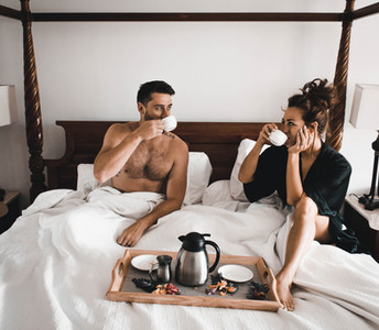 engagement moon coppia di fidanzati che fanno colazione in un letto a baldacchino