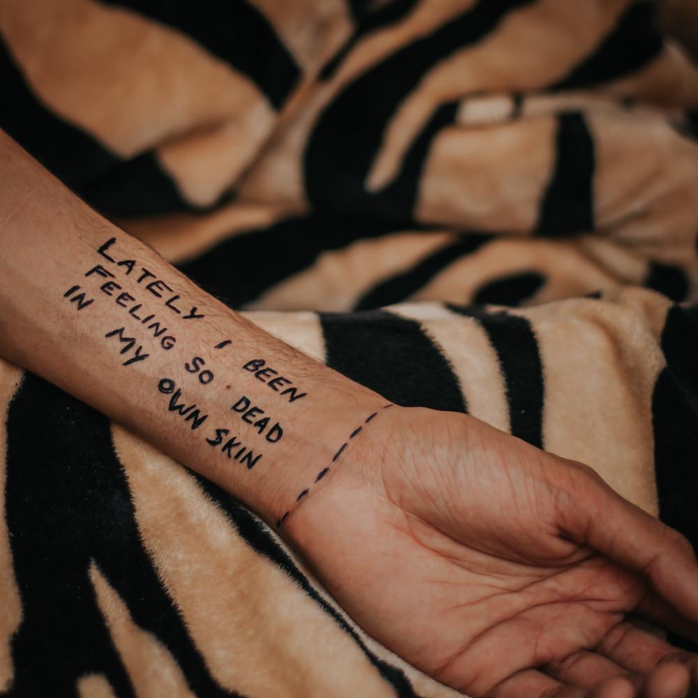 אדם מנסה להתמודד עם הדיכאון ללא תרופות ולהתחיל חיים חדשים  - כותב על היד מרגיש מת בעור שלי