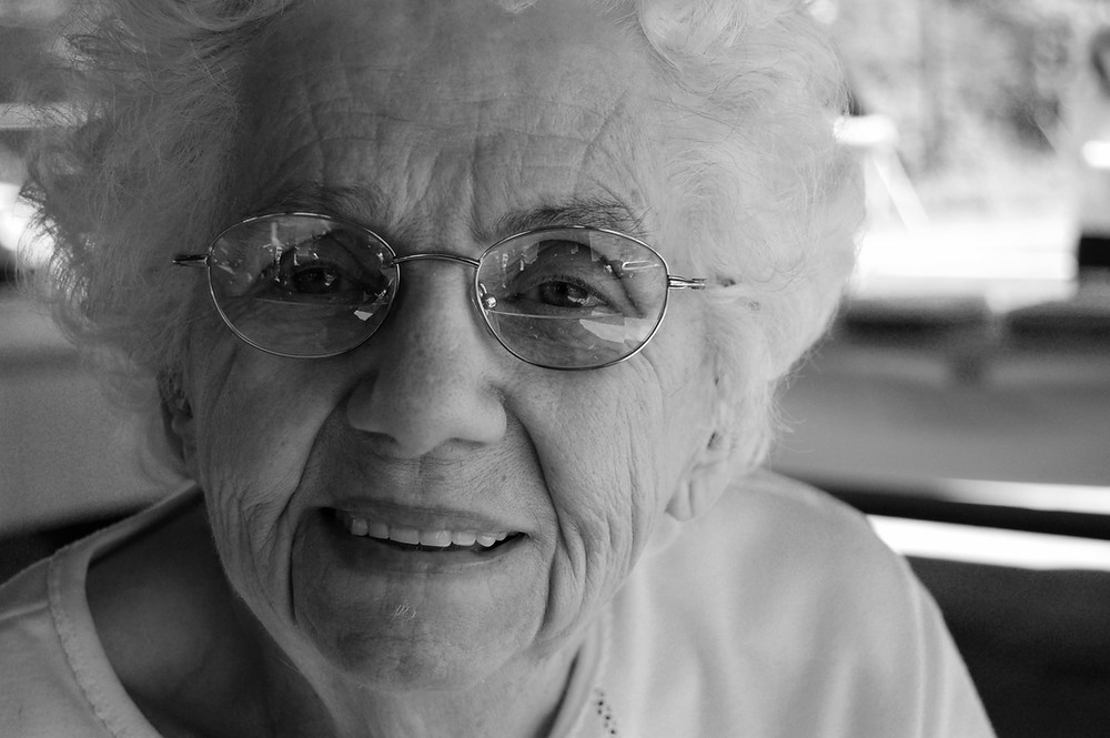 foto preto e branco de uma idosa sorrindo