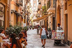 Frau schlendert durch die Altstadt von Palermo