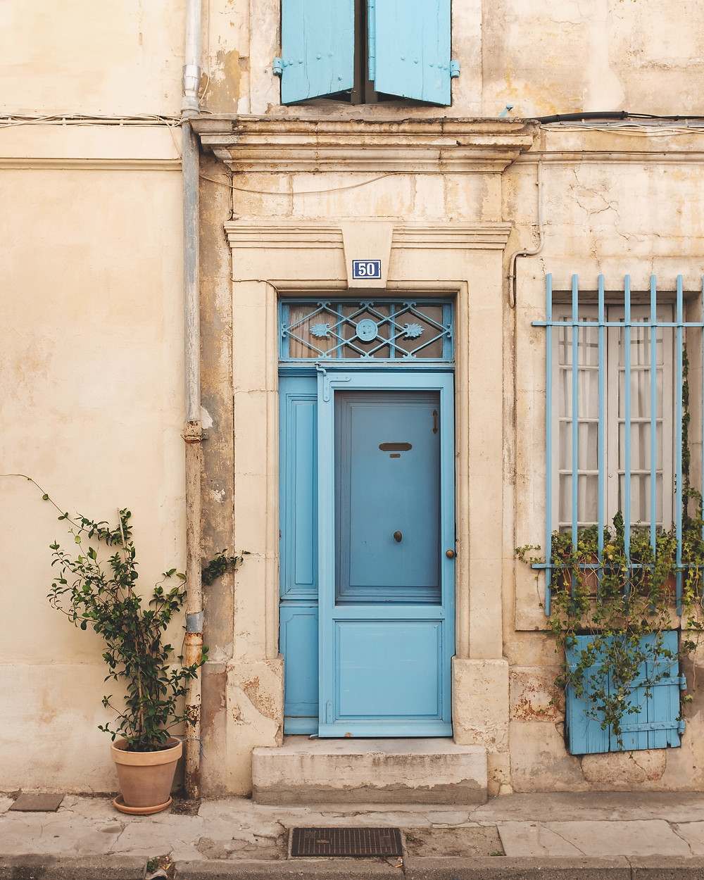 pretty stone house with blue shutters in Arles