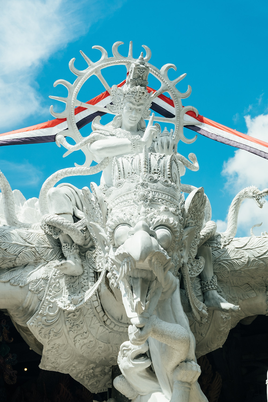 El Señor Shiva, cuya forma tiene ocho partes, que soporta el universo en la forma de tierra, me proteja de toda enfermedad terrena, y que Él, que da vida a la humanidad en la forma de agua, elimine mis temores al agua.