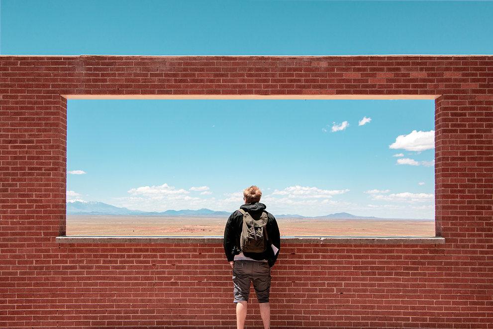 brique avec jeune homme qui regarde le ciel