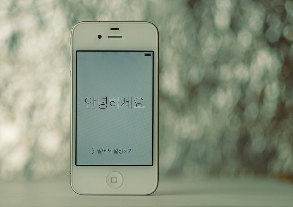 white coloured apple iphone with korean language