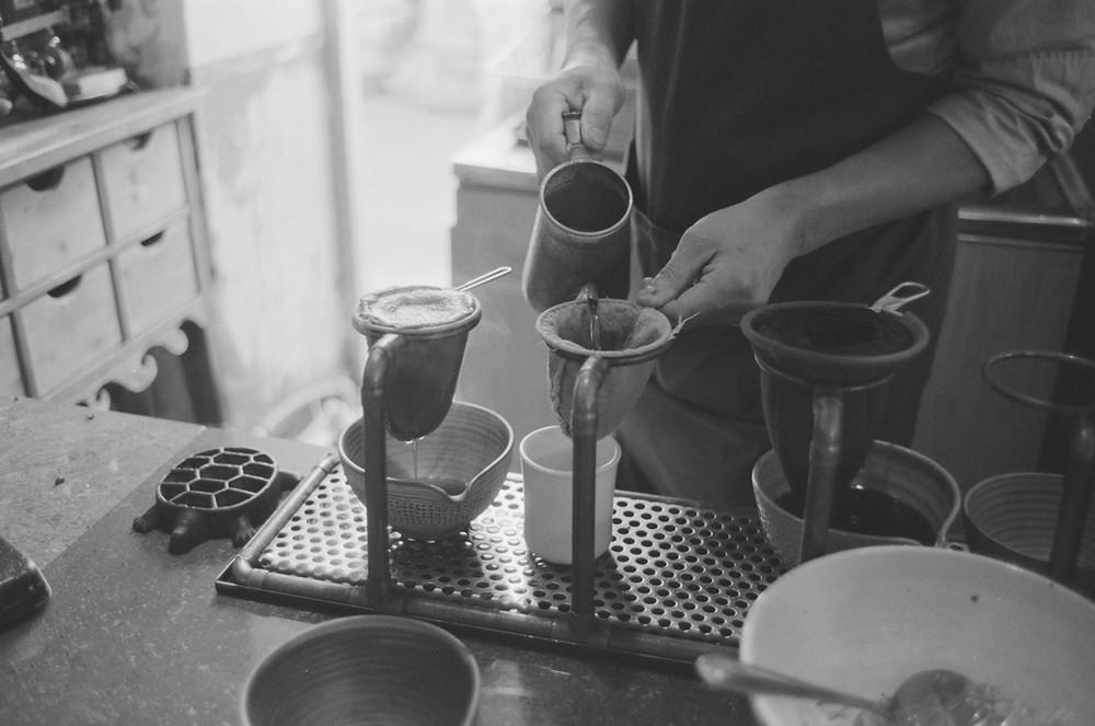 parzenie kawy w skarpetce po azjatycku