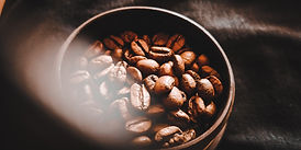 Kaffebönor i en kopp Ady TeenagerInRO