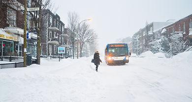autobus stm hiver brique maçonnerie