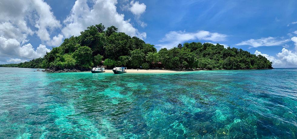 Spiaggia con barche a Sulawesi