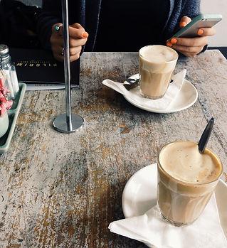 Zwei Kaffees auf einem Tisch mit Handy zur Registrierung in der LUCA App