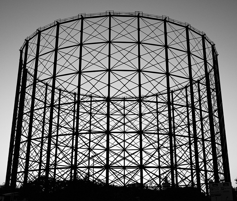 Round structure made of interlocking shapes