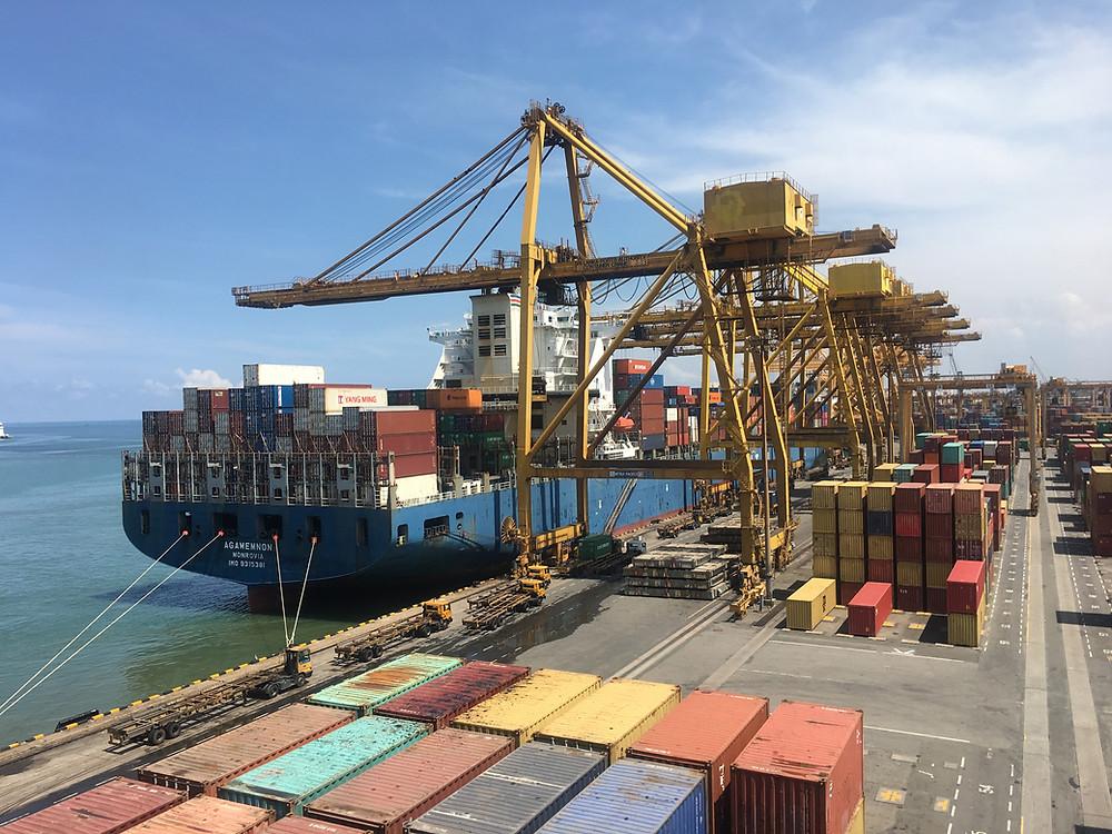 Buque de mercancía descarga en puerto.