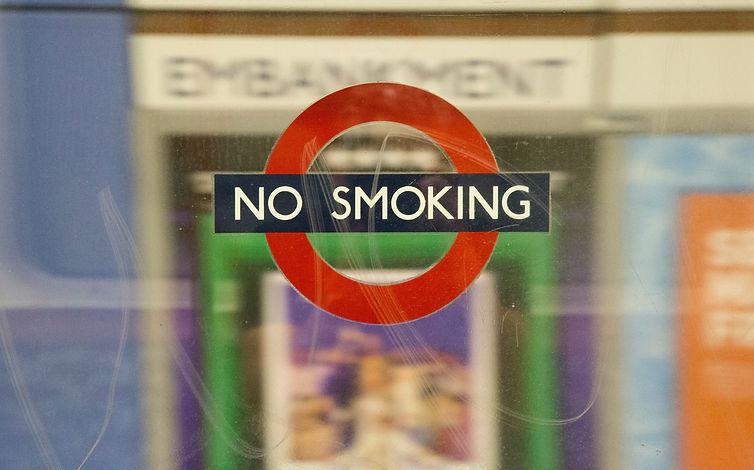 """Foto de uma placa escrita """"proibido fumar"""" em inglês"""