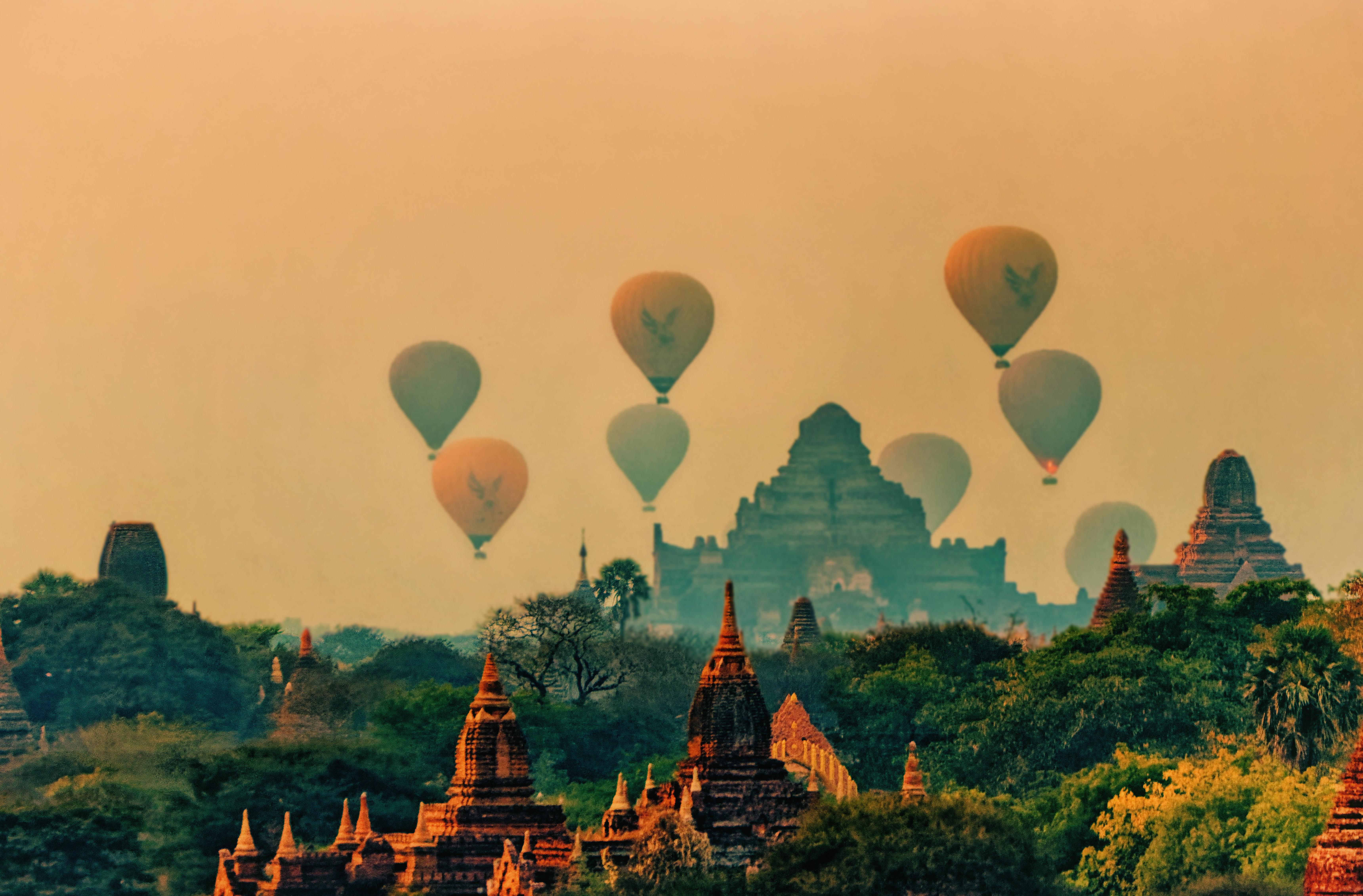 Balloon ride through pagodas