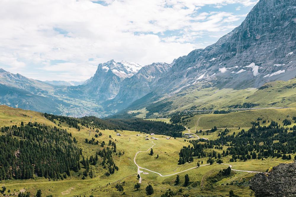Hügel- und Berglandschaft in der Schweiz
