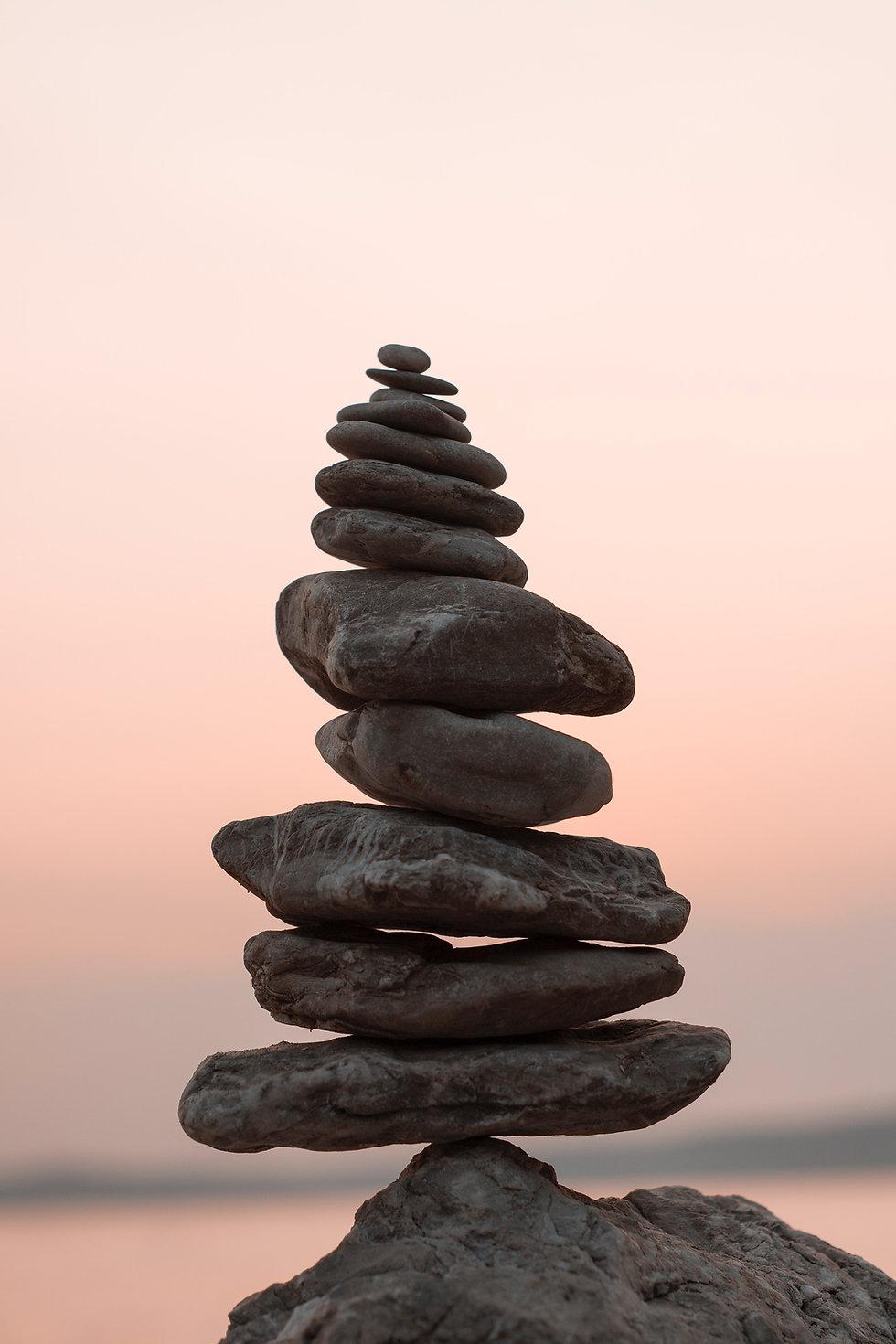 foto de pedras empilhadas representando equilíbrio