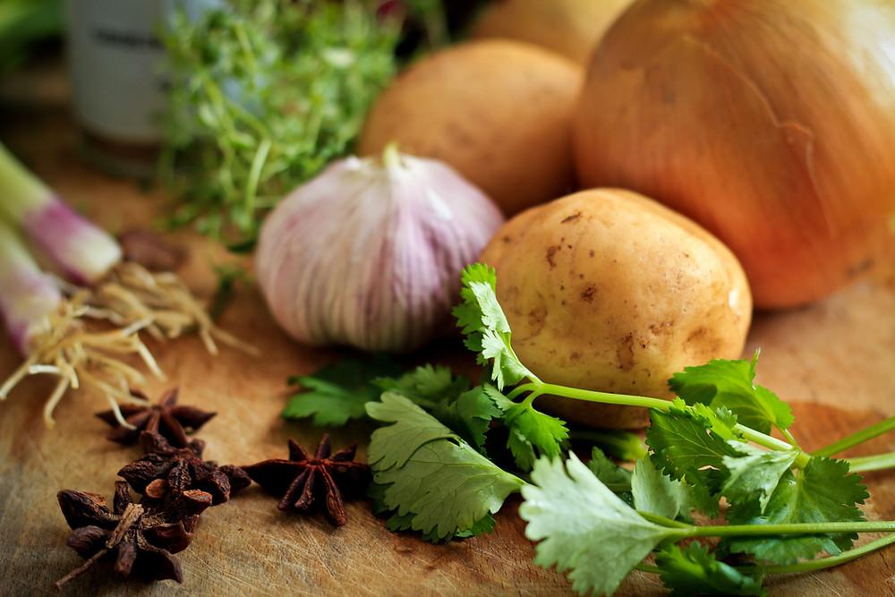 食用大蒜能促進血液循環,進而提升性慾及性能力;而洋蔥、韭菜、大蔥也是能強化生殖器官的好食材,補充性能量必須吃。