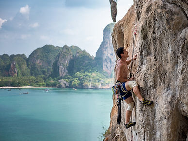 un hombre escalando una montaña como metáfora para lograr sus objetivos