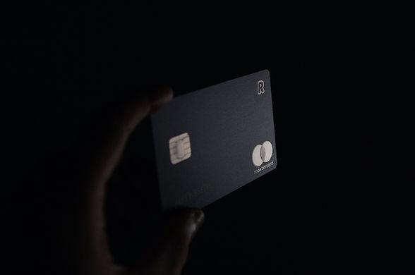 Bankkártya a kézben tartva