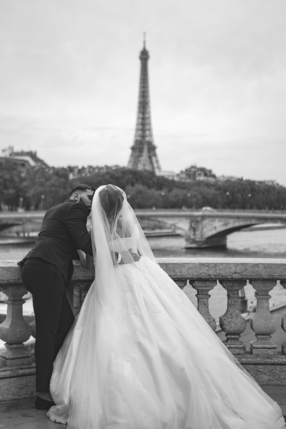 Newly weds in front of the Eiffel Tower