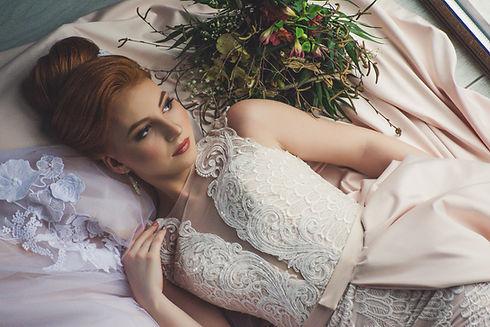 dame in trouwjurk met prachtig opgestoken haar ter illustratie van het opsteken, bruidskapsels, commmuniekapsels bij la gare du haar