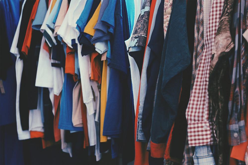 guardaroba pieno di vestiti