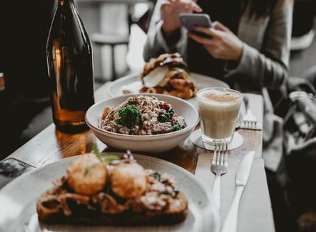 El móvil en la mesa a la hora de comer puede ser causante de obesidad