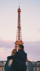 engagement moon coppia di fidanzati di fronte tour eiffel