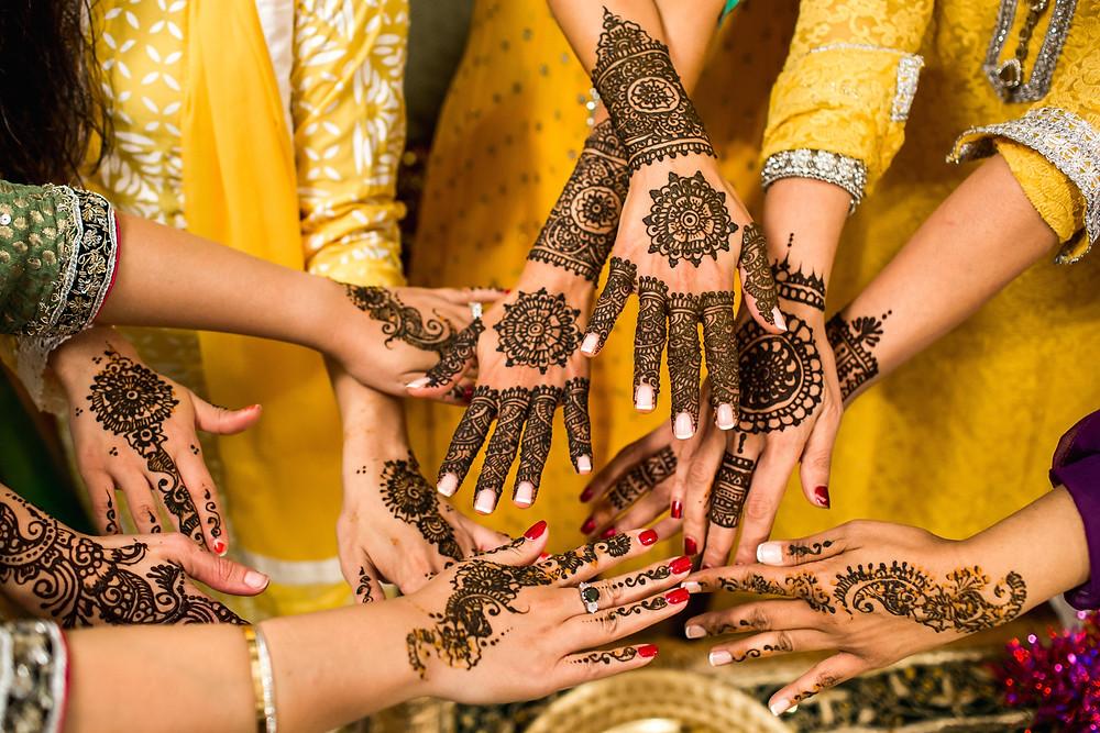 ציורי חינה במסיבת חתונה הודית