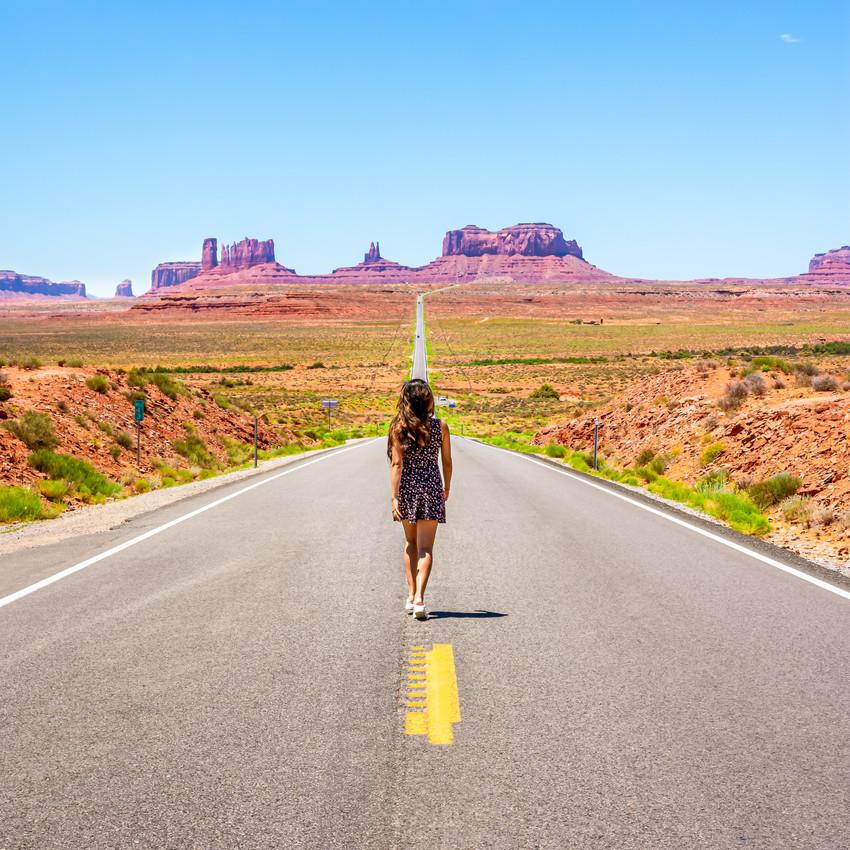Viaggio di nozze in America Monument Valley ragazza di spalle