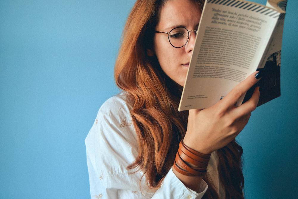 ผู้หญิงชาวต่างชาติกำลังอ่านหนังสือภาษาอังกฤษ