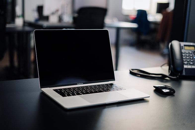 bureau met laptop en telefoon