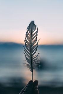 Image by Daiga Ellaby Om Ist der Urklang aus dem alles entsteht.    Er vereint Vergangenheit, Gegenwart und Zukunft und harmonisiert Körper, Seele und Geist.    Ich möchte dich dabei unterstützen, ganz und gar in deine innere Mitte und deine Balance zu kommen.    Dadurch kehrt automatisch viel Ruhe in dein Leben und unterstützt auch in deine Kinder. Denn sie sind überdein Energiefeld mit dir verbunden.