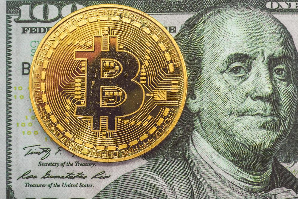Bitcoin e 100 dollari americani