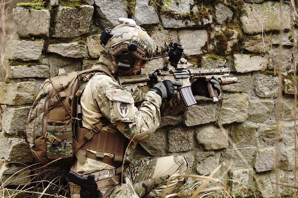 Soldado com arma pesada
