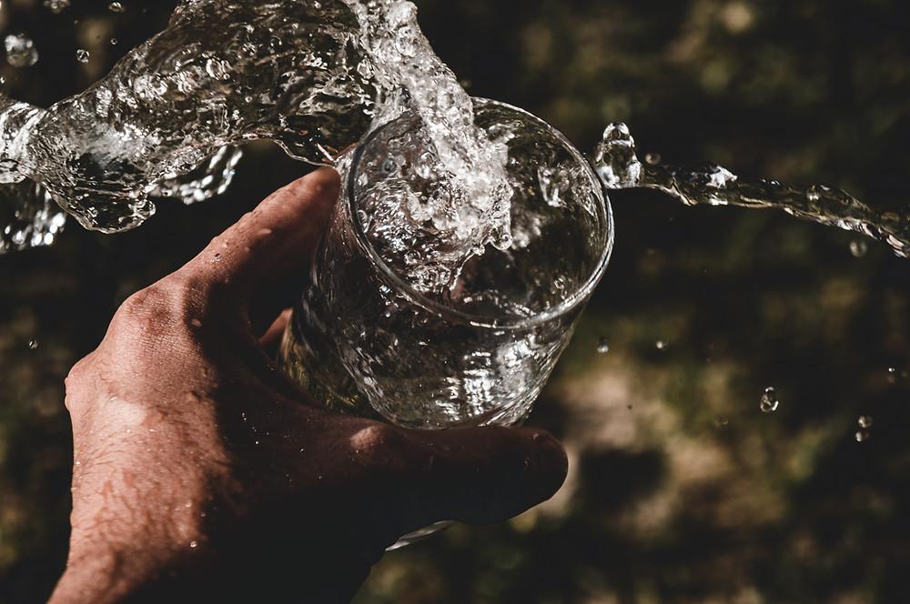 Oorzaak van cellulite is te weinig water drinken. Water is het spoelmiddel van ons lijf. En drink je te weinig dan zal jouw lichaam vocht vasthouden om het te sparen.