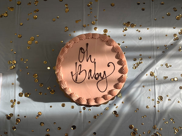 "Cake with ""Oh Baby"" written on top, alluding to the challenges of the postpartum period"