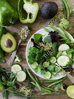 Image by Nadine Primeau lautasella ja pöydällä ketoystävällisiä vihreitä kasviksia.