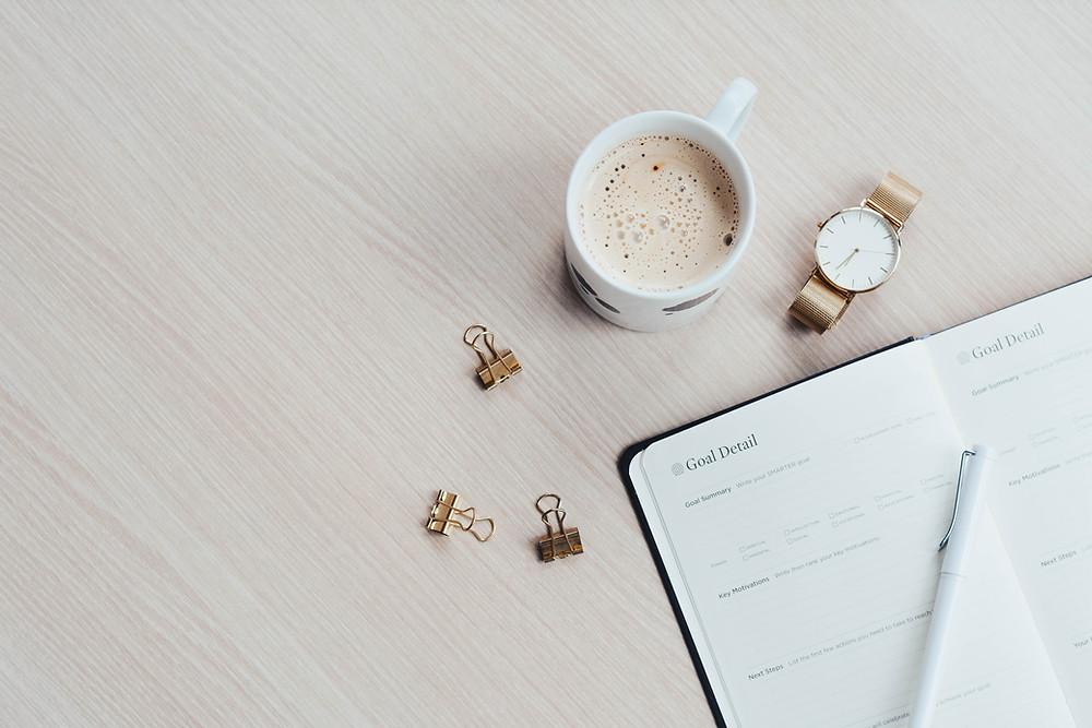 Notizbuch zum Ziele definieren und Kaffee