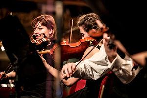 Musikerinnen beim Geige spielen