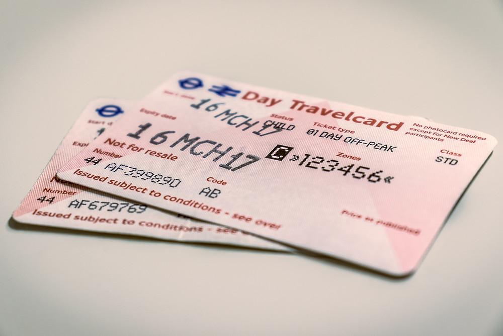 כרטיסי נייר עם סימון האזורים ותאריכי התוקף שלהם