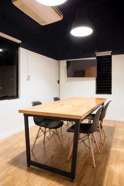 多張長檯及椅可供會議或其他活動用