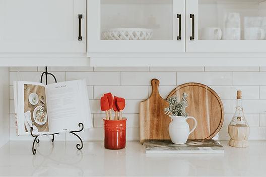 photo d'un comptoir de cuisine avec un livre et des accessoires de cuisine