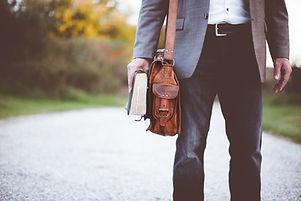 Mann mit Umhängetasche und Buch