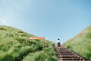 Jede Reise beginnt mit dem ersten Schritt. Und jede noch so lange Wanderung besteht letztlich aus vielen Schritten. Deswegen ist eine Vorgehensweise, die Sie Step by Step umsetzen können, einer Vorgehensweise vorzuziehen, die Ihnen mehrere Dinge gleichzeitig abverlangt. Dabei orientiert sich mein Schritt-für-Schritt-System – wie viele Aspekte meiner Arbeit insgesamt auch – am Design Thinking-Framework. Hierbei gehe ich davon aus, dass die Umsetzung eines Schrittes erstmal besser ist als zu lange darüber nachzudenken, was als nächstes passieren oder nicht passieren wird, wenn der Schritt gemacht ist. Schließlich könnte das Ergebnis unerwartet etwas ganz anderes offenbaren und den vorher angedachten zweiten Schritt obsolet machen, bevor wir ihn gehen konnten. Das beste Beispiel hierfür sind die zwei letzten Schritte im Design Thinking, das Prototyping und das Testing. Dabei wird jede Veränderung am Prototypen unmittelbar mit den Nutzern getestet. Nur wenn diese mit der Veränderung nachhaltig eine verbesserte Nutzererfahrung verbinden, bleibt die Änderung Teil der aktuellen Version der Lösung. Wenn nicht, geht es zurück ins Prototyping und beginnt eine neue Schleife. Dieser Vorgang wird so lange wiederholt, bis die Nutzer die Lösung als werthaltig für die Lösung ihres Problems erachten. Außerdem bedeutet die Schritt-für-Schritt-Vorgehensweise eine deutlich verbesserte Erfahrung für Sie als meinen Kunden. Denn die Verantwortung dafür, dass der Prozess auch in den vorgesehen Schritten abläuft, liegt bei mir. So können Sie sich ganz auf die Inhalte fokussieren, die am Ende ja über Ihren Erfolg entscheiden.